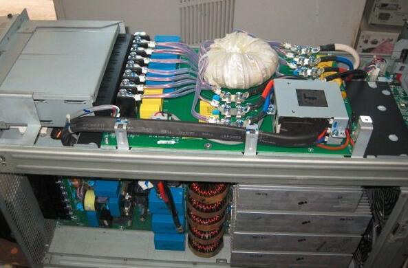 在线式ups电源,因为它的电路设计合理,驱动功率元件容量所取的余量大